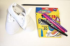 Presentación materiales: rotuladores textil Colorino y zapatillas blancas